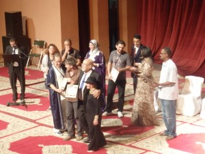 Soirée de clôture du 7ème Festival International de Théâtre de Marrakech. Au centre Nicolas Duplot et à sa droite M. Hassan Machnaoui lui remettant son prix pour avoir participer à l'évènement.